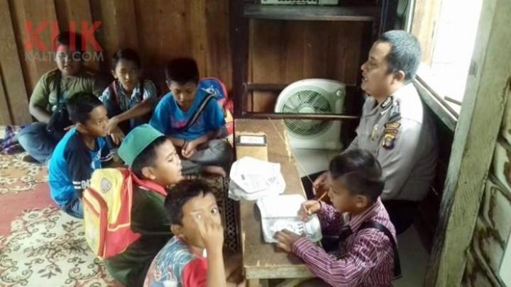 Polisi Ini Ajarkan Ngaji Gratis bagi Anak-Anak di Kutai Barat