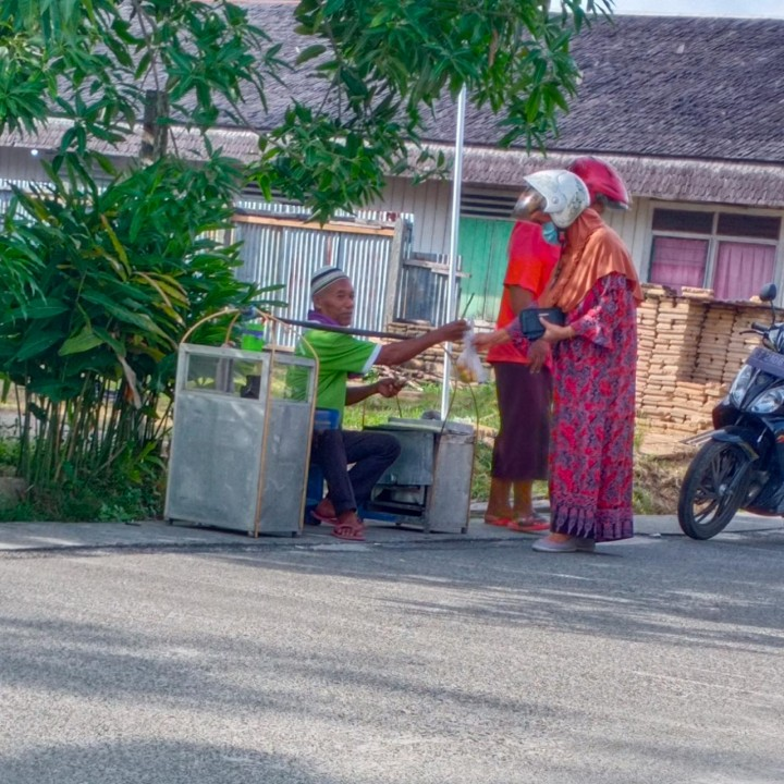 Madianto, Penjaja Kue Buroncong, Berjuang Demi Satu Kilo Beras
