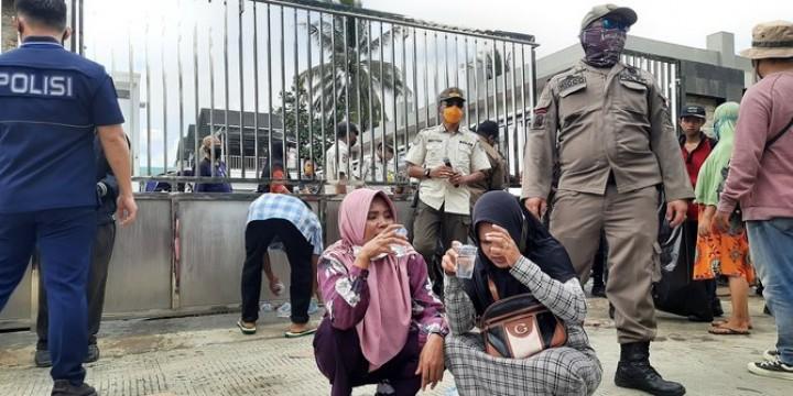 Warga Berdesakan, Pembagian Sembako di Rumah Gubernur Kaltim Dibubarkan Polisi