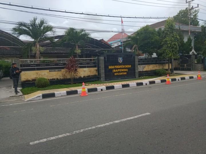 Antisipasi Insiden Kembali Terulang, Bapenda Pasang Pembatas Jalan di Depan Kantor