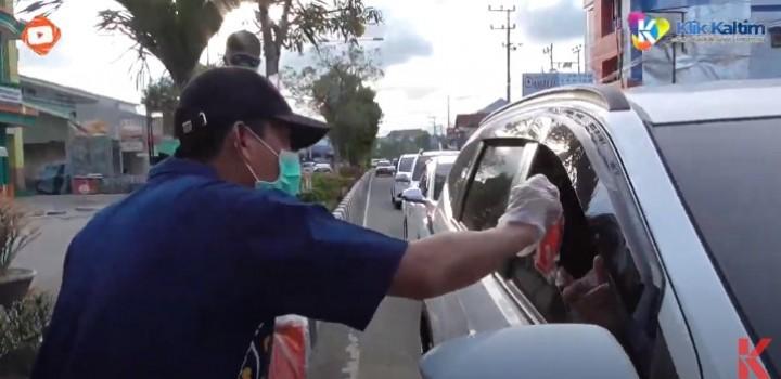 Ikut Perangi Covid-19, Bakhtiar Wakkang Bagikan 700 Masker ke Pengguna Jalan