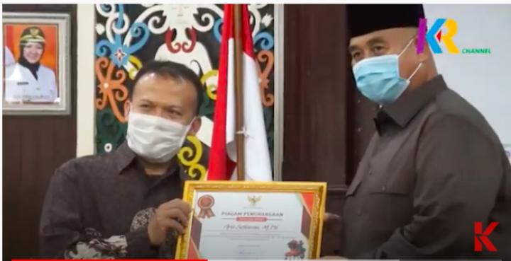 Bupati Edi Damansyah Berikan Penghargaan kepada Guru Penggerak dan Jurnalis