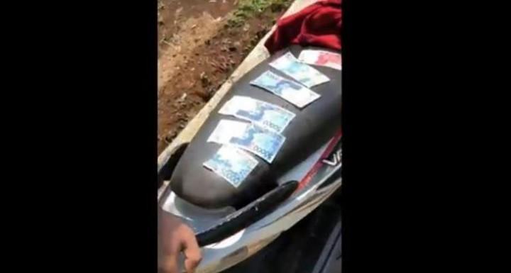 Heboh ! Warga Temukan Uang Pecahan Rp 100 Ribu & Rp 50 Ribu Berhambur di Saluran Irigasi