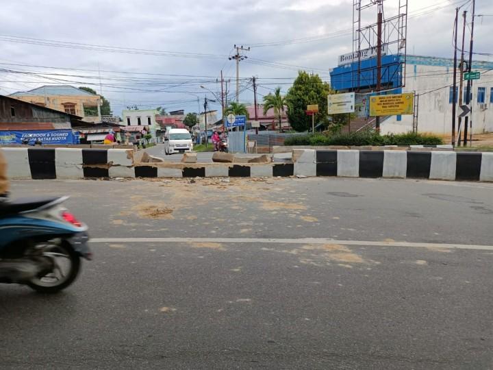 Mobil Avanza Seruduk Pembatas Jalan Ahmad Yani, Polisi : Pengemudi Tiba-Tiba Pingsan