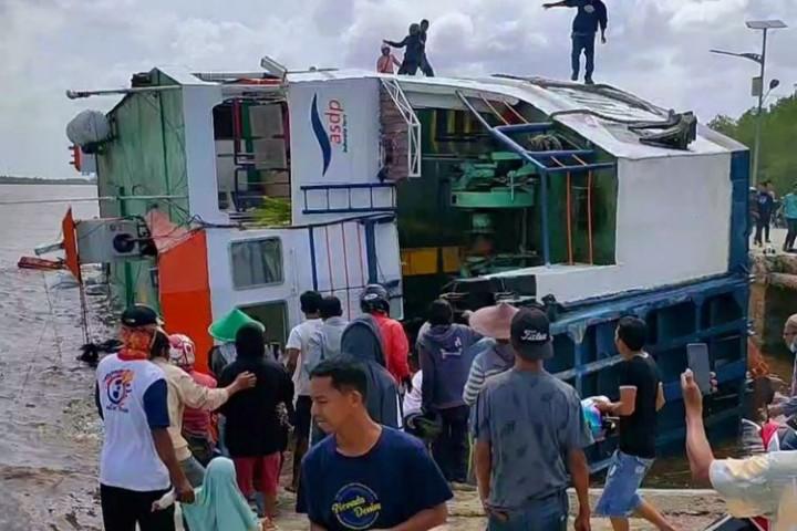 Kapal Feri di Sambas Terbalik, Petugas Cari Penumpang yang Terjebak