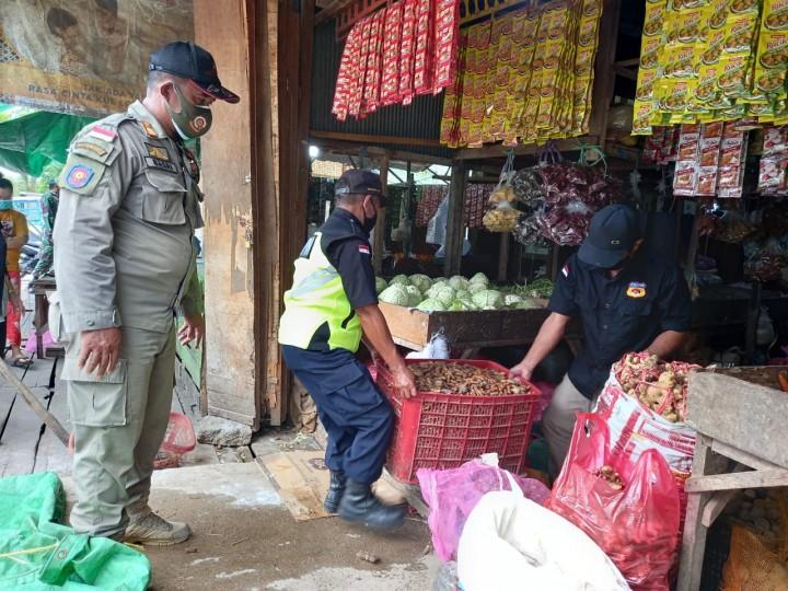 Petugas Tutup Paksa Pedagang yang Berjualan di atas Jam 12 Siang