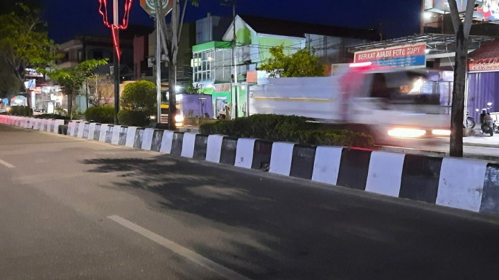 Proyek Peninggian Median Jalan Dinilai Memperparah Genangan Air di Jalanan